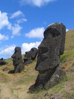 Moai_rano_raraku1